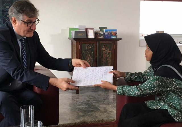 Aeshina Azzahra Aqilani with Germany's Ambassador to Indonesia Dr Peter Schoof. (Aeshina Azzahra Aqilani for Jawa Pos)