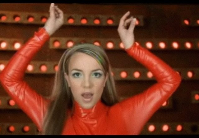 Cerita di Balik Baju Merah Ikonik Britney Spears 'Ops! I Did It Again'
